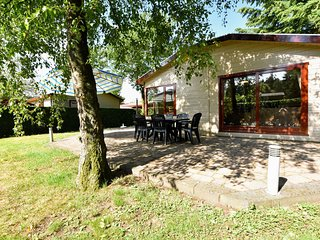 Detached chalet with private jacuzzi and garden in quiet park at the edge of the