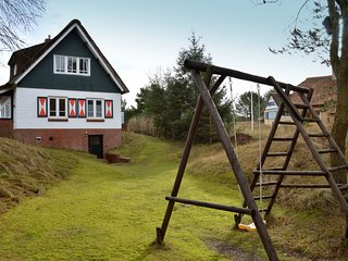 Beautiful dune villa with thatched roof on Ameland. 800 meters from the beach