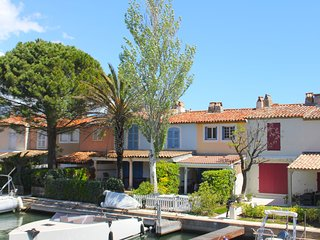 Modern holiday home on the water in Port-Grimaud, within walking distance of the
