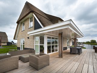 Beautiful villa with sauna and sun shower at the Tjeukemeer