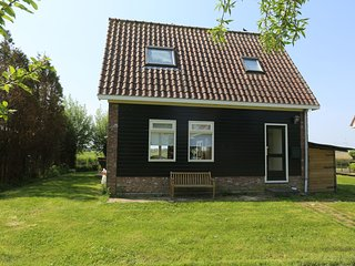 Romantic holiday home directly on the Markermeer lake with waterfront terrace