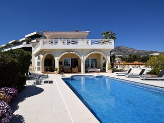 Luxury villa with private swimming pool and magnificent views, 900m away from th