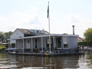 Beautiful luxury houseboat with spacious veranda directly on the Loosdrecht lake