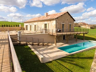 Luxurious Villa in Fouleix with a heated Swimming Pool