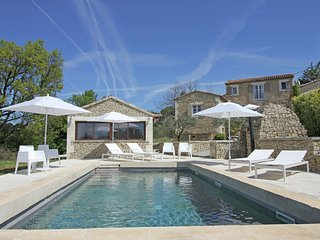 Beautiful, renovated Bastide with private pool and panoramic views, 3km from Apt