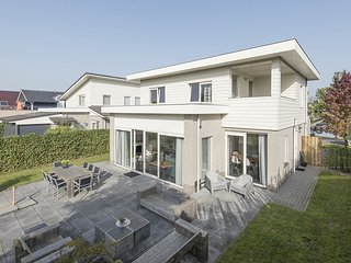 Luxurious, detached waterfront villa, located near Harderbos