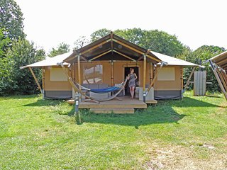 Cozy tent lodge with a porch, located near the Veluwe