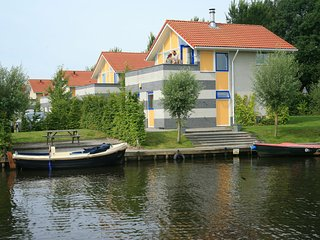 Detached holiday home with combi-microwave at the Schildmeer