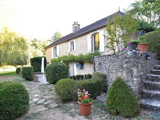 Characteristic house near Villefranche-du-Perigord (5 km) with round private sw