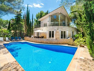 Spectacular villa with three levels located in quiet area