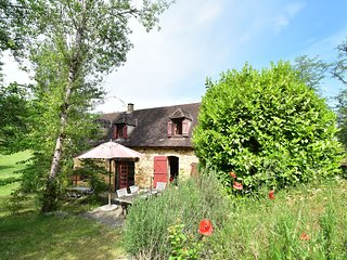 Secluded Holdiay Home in Saint-Cirq-Madelon with terrace in luxury of nature
