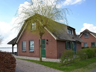 Stylish thatched villa with two bathrooms near Giethoorn
