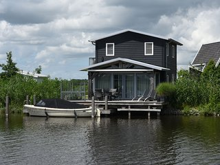 Modern house with a jetty, located in beautiful Giethoorn