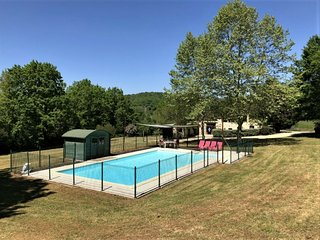 Spacious Villa in Puy-l'Évêque with Swimming Pool