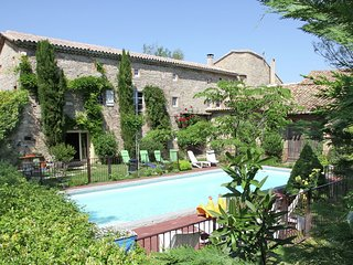Cozy Villa in Saint-Césaire-de-Gauzignan with Swimming Pool