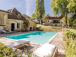 Quaint Villa in Sourzac with Private Swimming Pool