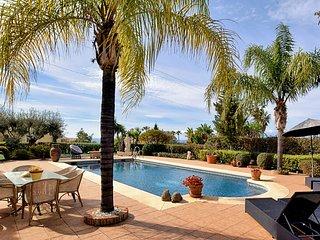 Luxury villa with private pool and spacious garden, near the sea and Marbella
