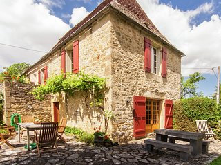 Spacious Farmhouse with private garden in Saint-Cybranet