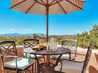 Mansion Ridge Hideaway - Beautiful Adobe Home near Plaza with 100 mile views