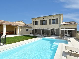Luxurious, air-conditioned villa with private heated pool and 4 suites at Uzes