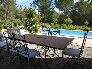 Tastefully furnished villa with terrace, private swimming pool near of Lambesc.