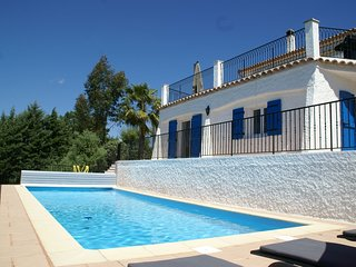 Gorgeous villa in a great location,with pool, fitness, sauna, jacuzzi and air co