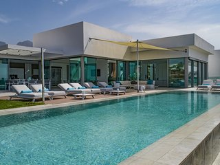 Very luxurious villa with infinity pool, beautiful views and large terraces