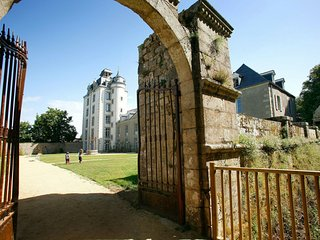 Nice studio in a castle not far from the Breton beaches