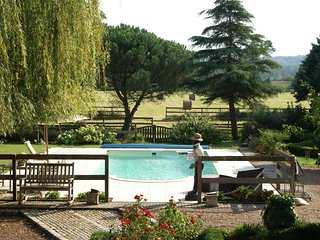 Former customs house with large garden and private pool. 4 km from Chinon