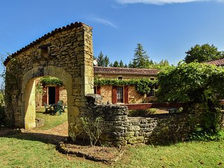 Typical périgourdine house surrounded by beautiful hiking paths.