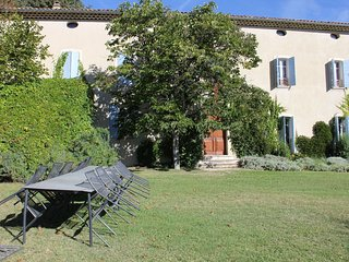 Beautiful mansion with views of Mont Ventoux and with fenced private pool