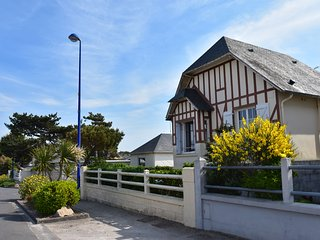 Characteristic holiday home with enclosed front garden and bbq, beach 50 m away