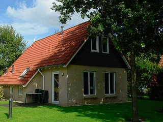 Spacious and detached holiday home with WiFi, 20km van Assen