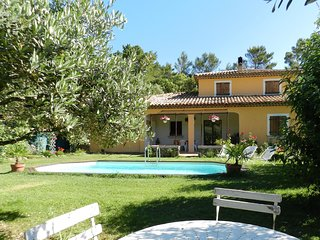 Sweet holiday home with a large lawn, swimming pool, privacy and close to cute v