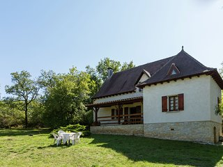 House with huge private grounds in the fine surroundings of Labastide-du-Vert.