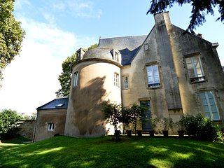 Unique castle-like lodging in the centre of Bayeux, private garden and parking!
