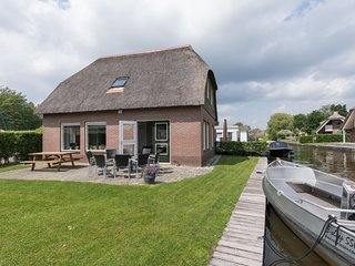 Stylish thatched villa with a dishwasher at Giethoorn