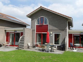 Cozy accommodation with a bathtub, located in Friesland
