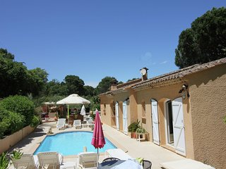 Cozy Holiday Home at Roquebrune-sur-Argens with Pool