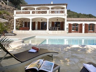 Luxury villa in Ste-Maxime with spacious, private swimming pool, outdoor kitchen