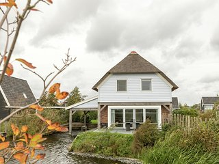 Beautiful villa with a jetty, located in Giethoorn