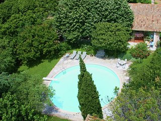 Quaint Holiday Home in Villeneuve-lès-Avignon with Pool