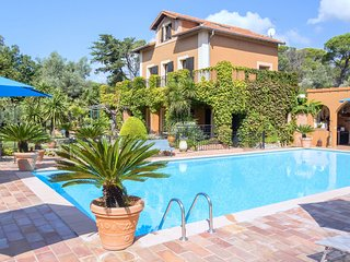 Characteristic country house with private pool and beautiful garden 3 km from th