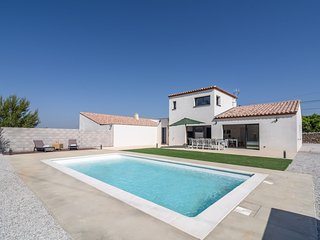 Villa with air conditioning and heated private swimming pool in enclosed garden