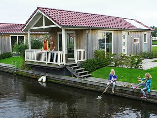The cosy furnished chalet is located directly by the water