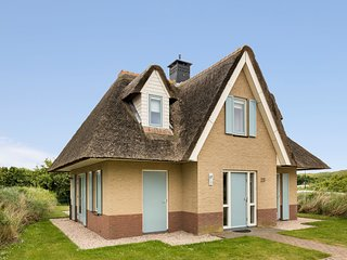 Thatched, restyled villa located in Julianadorp near the sea