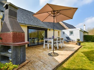 Holiday house with large fenced garden 30min from the beautiful Breton beaches.