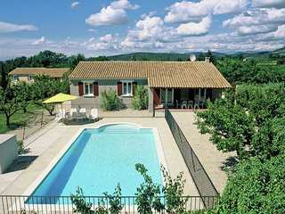 Tastefully furnished villa with fenced private  pool, 9 km from Vaison-la-Romain