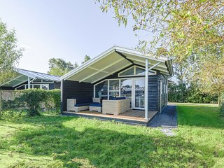 Modern water cottage with microwave, in the Sneekermeer area