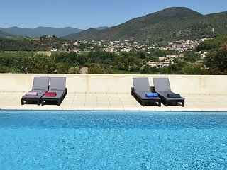 Beautifully situated villa with swimming pool and beautiful view over the river